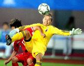 图文:女足决赛日本1-0朝鲜 门将与对手争顶