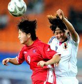 图文:女足决赛日本1-0朝鲜 双方激烈争顶瞬间