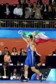图文:摔跤96KG戈尔达斯特夺冠 高举国旗很开心