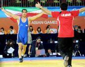 图文:摔跤96KG戈尔达斯特夺冠 场上举国旗庆祝