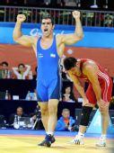 图文:摔跤96KG戈尔达斯特夺冠 高举双臂大吼