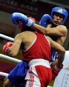 图文:拳击男子69公斤级 麦麦提图尔孙琼比赛中