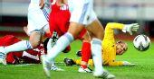 图文:亚运女足朝鲜队获亚军 日本门将扑救