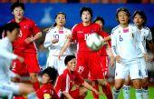 图文:亚运女足朝鲜队获亚军 双方队员在比赛中