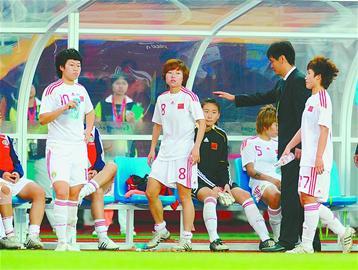李小鹏在场边为女足姑娘们打气。