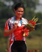 图文:公路自行车女子个人赛颁奖 库苏马获银牌