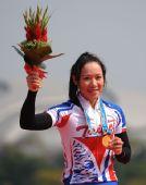 图文:公路自行车女子个人赛颁奖 萧美玉获金牌