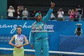 图文:网球女单颁奖仪式举行 乌兹别克选手摘银
