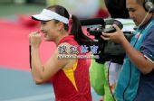 图文:亚运网球女单颁奖仪式举行 彭帅十分开心