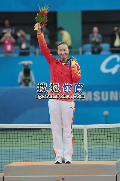 图文:亚运网球女单颁奖仪式举行 微笑展示金牌