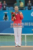 图文:亚运网球女单颁奖仪式举行 终于拿到金牌