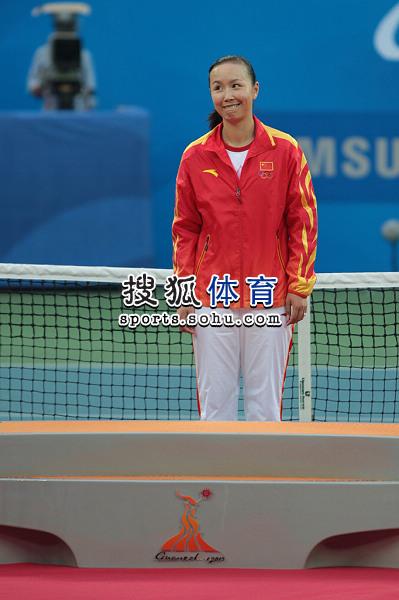 图文:亚运网球女单颁奖仪式举行 露出调皮神情
