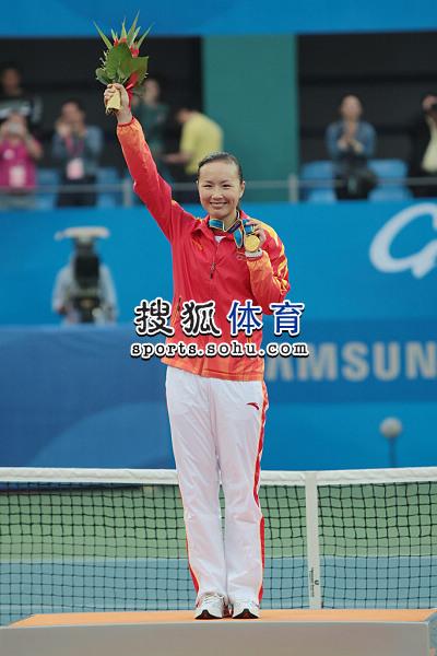 图文:亚运网球女单颁奖仪式举行 高举鲜花
