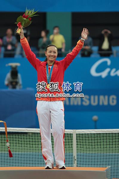 图文:亚运网球女单颁奖仪式举行 高举鲜花庆祝