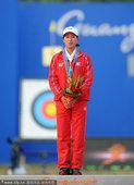 图文:女子射箭个人颁奖 朝鲜选手摘铜