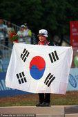 图文:女子射箭个人颁奖 韩国选手尹玉姬夺冠