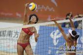 图文:女子沙排决赛上演中国德比 扣杀瞬间