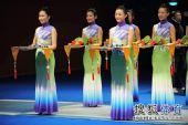 图文:男子花剑团体颁奖仪式 礼仪小姐整齐划一