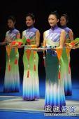 图文:男子花剑团体颁奖仪式 礼仪小姐靓丽