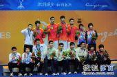图文:男子花剑团体颁奖仪式 获奖选手合影