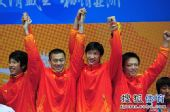 图文:男子花剑团体颁奖仪式 高举双臂庆祝