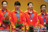 图文:女子重剑团体颁奖仪式 中国队员有些失望