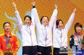 图文:女子重剑团体颁奖仪式 日本队员开怀