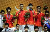 图文:击剑男子花剑团体颁奖 中国队夺冠