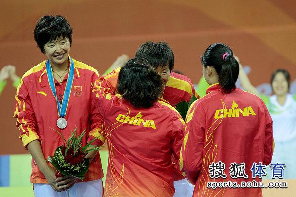 图文:女子沙滩排球颁奖仪式 中国选手互相祝贺