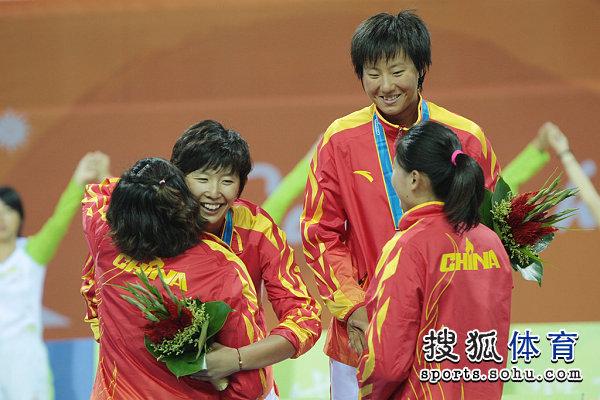 图文:女子沙滩排球颁奖仪式 冠亚军互相拥抱