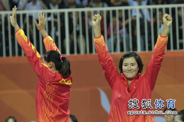 图文:女子沙滩排球颁奖仪式 向观众表示感谢