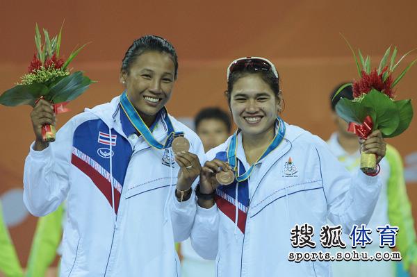 图文:女子沙滩排球颁奖仪式 泰国组合摘铜