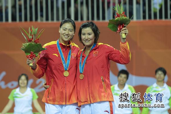 图文:女子沙滩排球颁奖仪式 薛晨张希很开心
