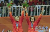 图文:女子沙滩排球颁奖仪式 薛晨张希高举鲜花