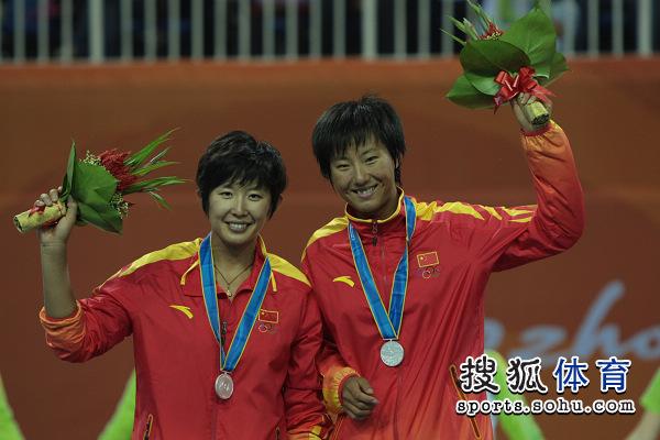 图文:女子沙滩排球颁奖仪式 黄影岳园获得银牌