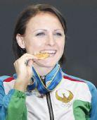 图文:女子七项全能颁奖仪式 塔拉索娃轻咬金牌