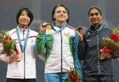 图文:女子七项全能颁奖仪式 前三名展示奖牌