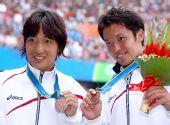 图文:网球男子单打颁奖仪式 铜牌选手展示奖牌
