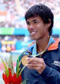 图文:网球男子单打颁奖仪式 德瓦尔曼展示金牌