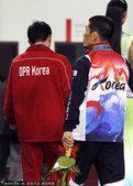 图文:广州亚运会韩朝两国运动员走下领奖台