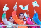 图文:2002釜山亚运会 挥舞朝鲜半岛统一旗帜