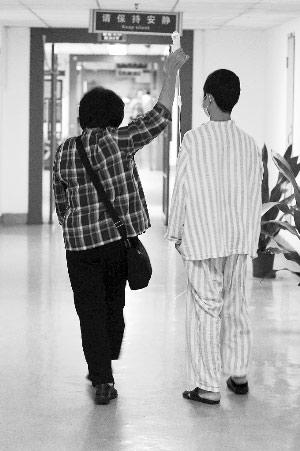 这位不愿意留下姓名的退休老教师帮忙照顾汤奕进,她还专程送来3000元现金。深圳晚报记者 陈远忠 摄