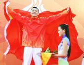 图文:现代五项男子个人颁奖仪式 身披国旗庆祝