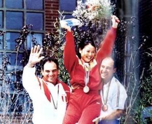 巴塞罗那夺冠后,张山被两名获得银牌与铜牌的运动员抱起来。