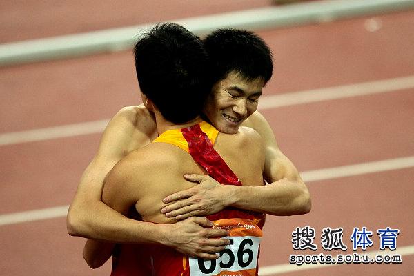图文:刘翔破纪录成就三连冠伟业 与史冬鹏拥抱