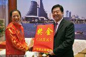 图文:帆板冠军王宁载誉回乡 发放10万元奖金