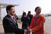 图文:帆板冠军王宁载誉回乡 握手市长赵效为