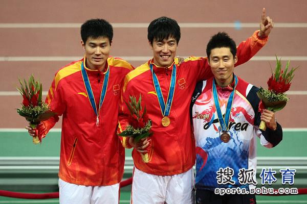 图文:男子110米栏颁奖仪式 前三名愉快合影