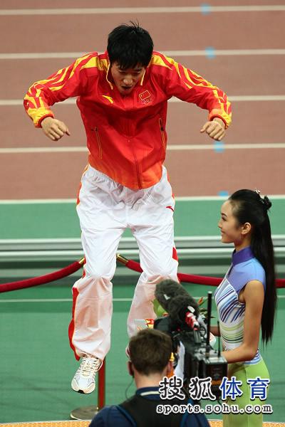 图文:男子110米栏颁奖仪式 在领奖台上跳跃