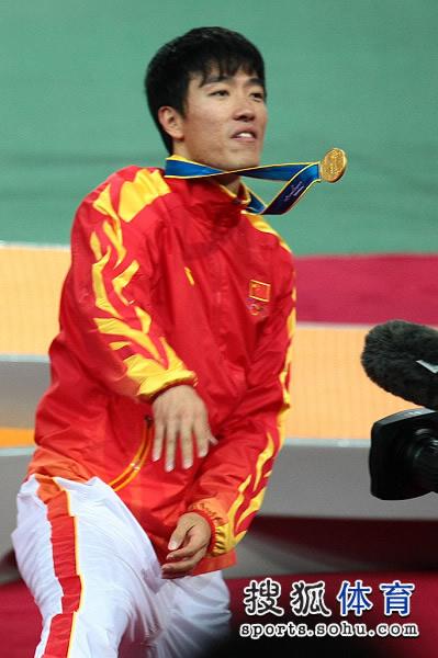 图文:男子110米栏颁奖仪式 把鲜花扔上看台